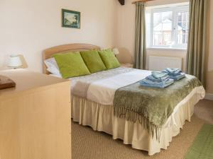 A bed or beds in a room at Sunnyside Cottage