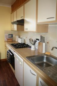 A kitchen or kitchenette at Longhouse Cottages