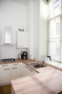 A kitchen or kitchenette at Gelkingehof Apartments