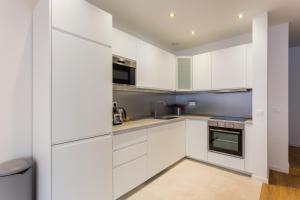 A kitchen or kitchenette at CMG Sentier/ Jeuneurs I
