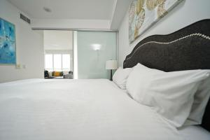 Un ou plusieurs lits dans un hébergement de l'établissement Grand Royal Condos - CN Tower