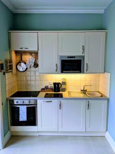 Küche/Küchenzeile in der Unterkunft Beautiful One Bedroom Ground Floor Apartment With Parking