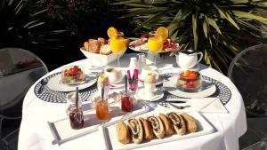 Breakfast options available to guests at Résidence Le Cosimo