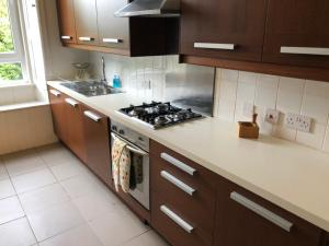 A kitchen or kitchenette at Edinburgh City Centre Traditional Apartment