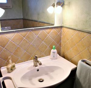 A bathroom at Tuscan Villa Exclusive Use Of Private Pool Ac Wifi