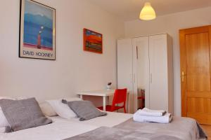 A bed or beds in a room at Luminoso Piso en Navacerrada Wifi