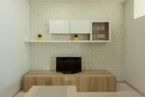 A television and/or entertainment center at Apartment on Semyi Shamshinykh / 2pillows