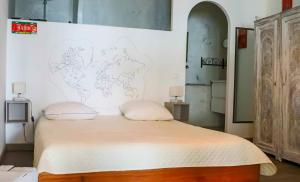 A bed or beds in a room at L'atelier des artisans
