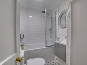 A bathroom at Apartment Canterbury Apartment