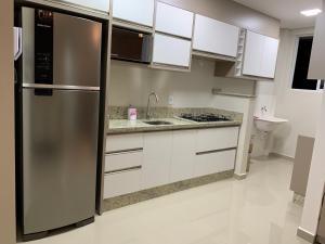 A kitchen or kitchenette at Apartamento moderno à 3 min centro