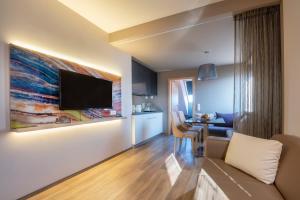 Una televisión o centro de entretenimiento en Onyx Luxury