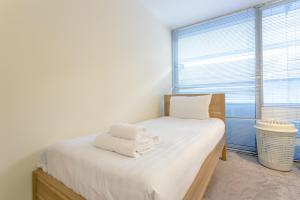 A bed or beds in a room at 2 Bedroom Apartment in the Heart of Stratford Sleeps 3