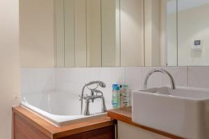 A bathroom at 2 Bedroom Apartment in the Heart of Stratford Sleeps 3
