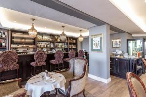 A restaurant or other place to eat at Romney Park Luxury Apartments