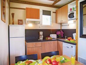Cuisine ou kitchenette dans l'établissement Apartment Port Lalande