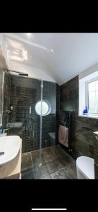 A bathroom at 27 Westgrove Lane Holiday Home