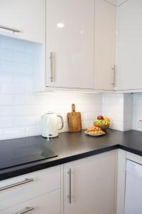 A kitchen or kitchenette at Luxurious and spacious 2 bed & 2 bath apartment in Westminster