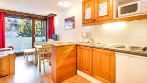 Cuisine ou kitchenette dans l'établissement Vacancéole - Résidence Les Chalets et Balcons De La Vanoise
