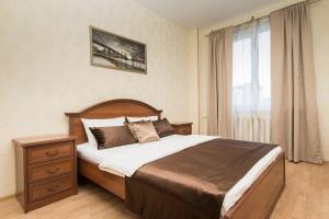 A bed or beds in a room at Премиальные трехкомнатные апартаменты в центре
