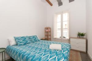 A bed or beds in a room at Comfortable Cozy Apartment for Groups in Gracia