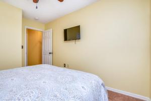 Uma cama ou camas num quarto em EV287091 - Emerald Island Resort - 3 Bed 3 Baths Townhouse