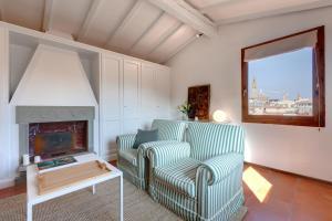 Ein Sitzbereich in der Unterkunft Garbo charm, Case Galante Apartments in Florence