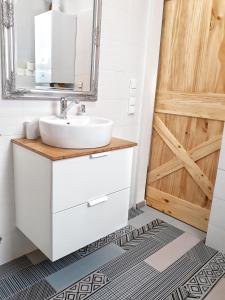 A bathroom at Cosy Holiday Apartment by Dora
