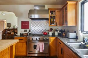 A kitchen or kitchenette at Veeve - Hollywood Heights Family Home