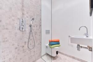 A bathroom at Paddington Polka Apartments