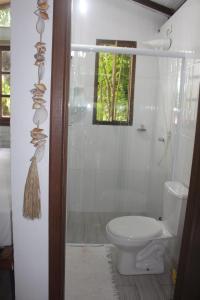 Een badkamer bij Chalé Paúba 80m do Mar