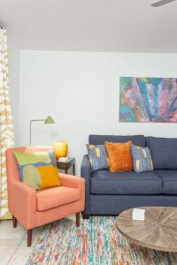 A seating area at Scottsdale Living 2BR by Casago