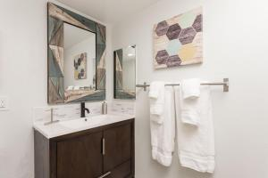 A bathroom at Scottsdale Living 2BR by Casago