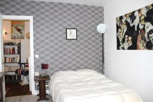 A bed or beds in a room at Canal de l'Ourcq Flat