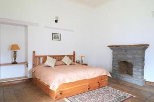 A bed or beds in a room at Boutique Heritage Home by Vista Rooms