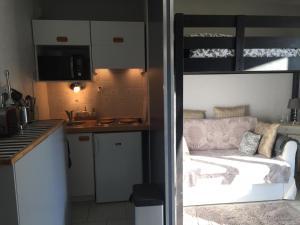 A kitchen or kitchenette at Aux mouettes jaunes