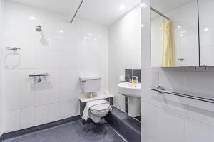 A bathroom at Studio Apartments, STRATFORD - SK.