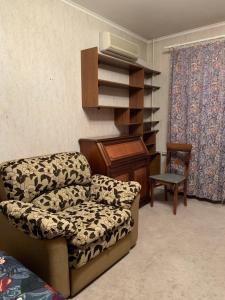 A seating area at однокомнатная квартира
