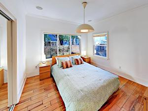 A bed or beds in a room at Centrally Located Modern Condo Condo