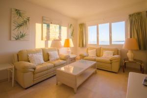 A seating area at Apartamento con Vistas al Mar