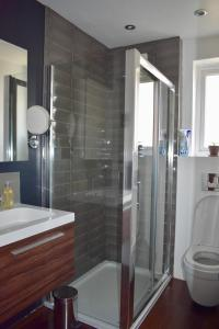 Ein Badezimmer in der Unterkunft 2 Bedroom House in the Heart of Hanover