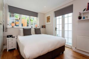 A bed or beds in a room at Veeve - Clean Slate