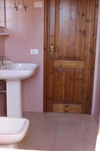 A bathroom at Residence Oasi Blu