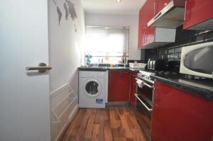 A kitchen or kitchenette at Netley Apartment