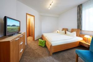A bed or beds in a room at Luxus Ferienwohnung Mein kleines Edelweiss