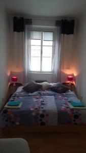 A bed or beds in a room at Apartmán v centru Písku