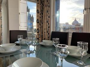 A restaurant or other place to eat at Tolbooth Apartments