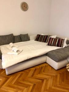 A bed or beds in a room at Apartament Piata Mica