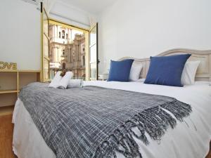 A bed or beds in a room at Del parque flats molina larios