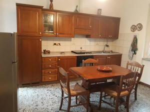 A kitchen or kitchenette at La casa di Mirella