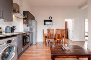 A kitchen or kitchenette at Moments from the Centre!Outstanding 2bed!SHO
